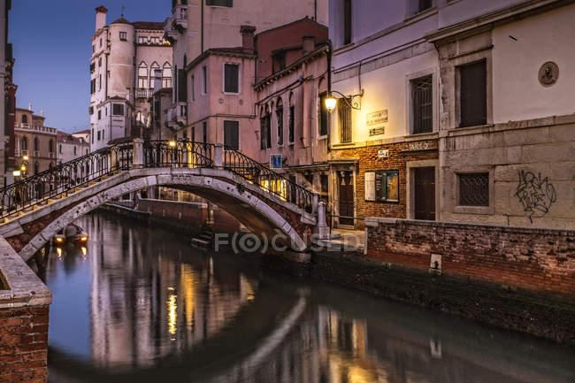 Italy, Venice, view to Ponte de le Maravegie at twilight — Stock Photo