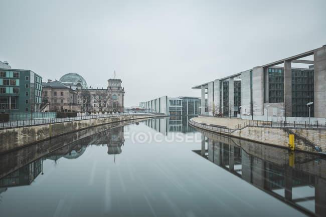 Germany, Berlin, Marie-Eisabeth-Lueders- and Paul-Loebe-Building in winter — Stock Photo