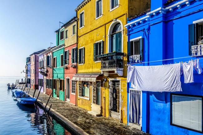 Italie, Vénétie, Burano, vue sur la pittoresque ligne de maisons — Photo de stock