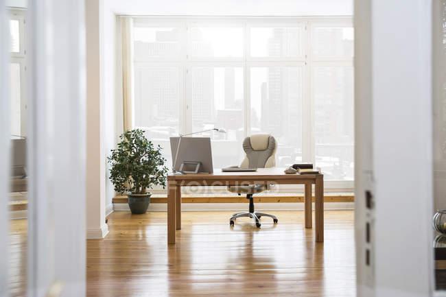 Área de trabalho na janela no escritório dentro de casa — Fotografia de Stock