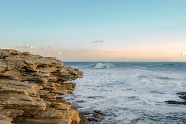 Italia, Sicilia, Ragusa, Costa di Punta Braccetto la sera — Foto stock