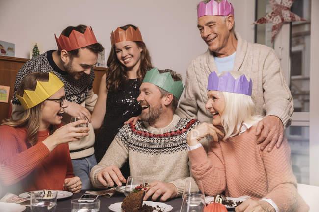 Glückliche Familie nachdem er Christmas pudding — lächelnd, fröhlich ...