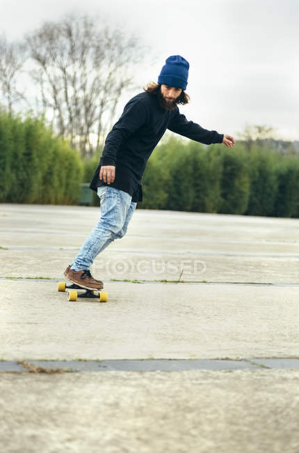Young man skateboarding outdoors — Stock Photo