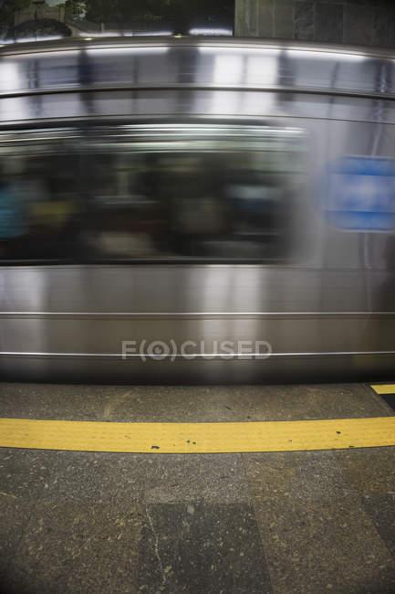 Brasilien, Rio de Janeiro, Gefahrenwarnsystem in einer Metrostation vor einer vorbeifahrenden U-Bahn — Stockfoto