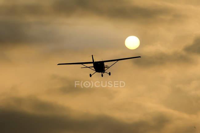 Avião de esportes Cessna 152 de tarde contra o sol — Fotografia de Stock