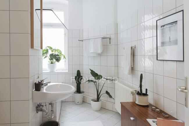 Casa de banho branca minimalista, decoração de interiores — Fotografia de Stock