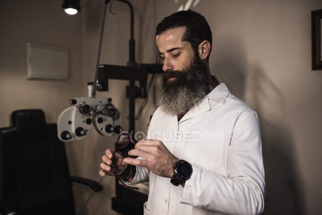Optometrist holding glasses — Stock Photo
