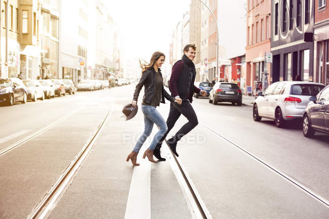 Alemanha, Berlim, casal feliz cruzando uma rua — Fotografia de Stock