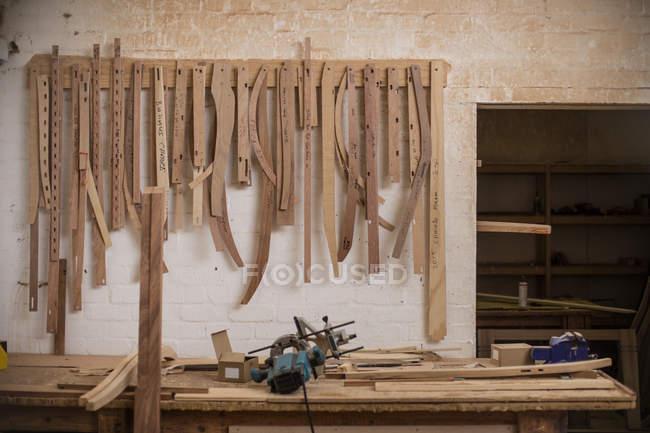 Різні шаблони і інструменти над дерев'яні workbench в дерев'яних — стокове фото