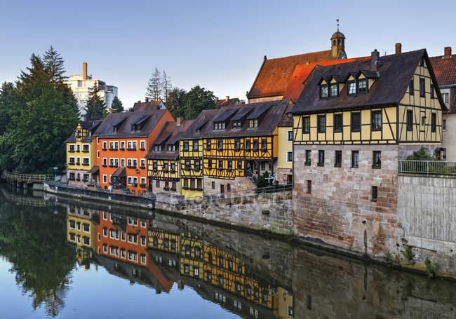 Deutschland, stein, blick auf fachwerkhäuser an der regnitz — Stockfoto