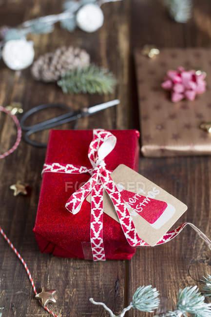 Décoration de Noël et les cadeaux emballés sur table en bois — Photo de stock