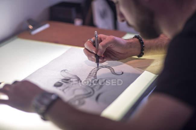 Primo piano dell'artista grafico mirato schizzi — Foto stock