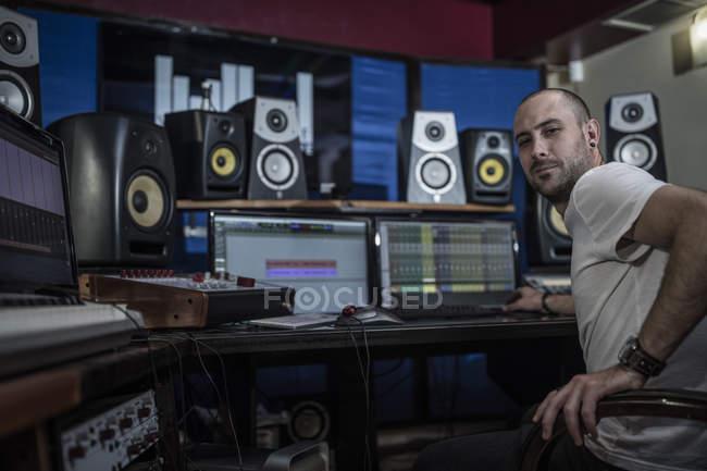 Уверенный звукоинженер в студии звукозаписи — стоковое фото