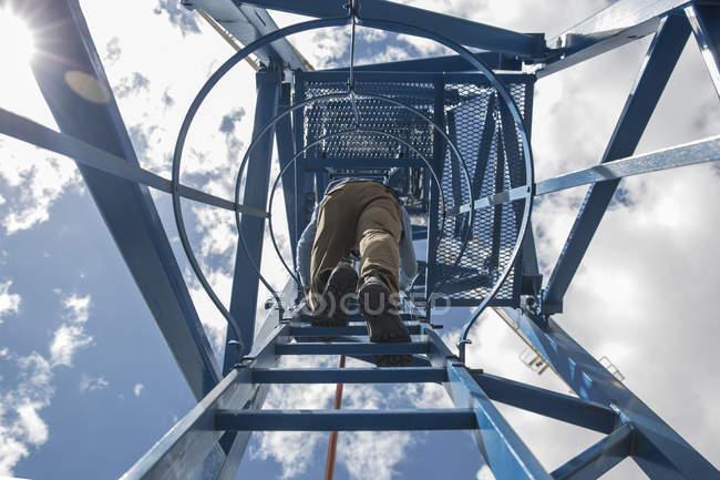 Arrampicata operaia su gru da costruzione — Foto stock