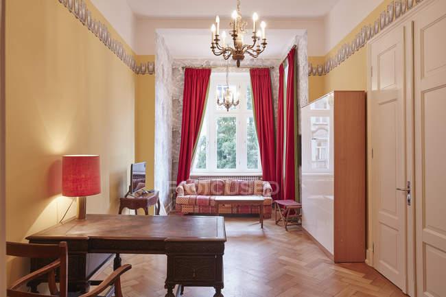 Interior of empty apartment with antique furniture — Stock Photo