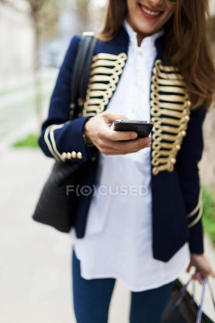 Giovane donna alla moda con il cellulare — Foto stock