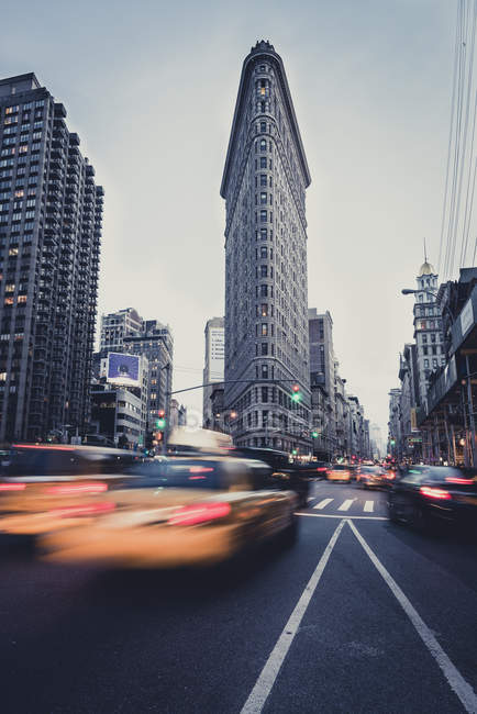 USA, New York, paysage urbain avec taxis devant le Flatiron Building — Photo de stock