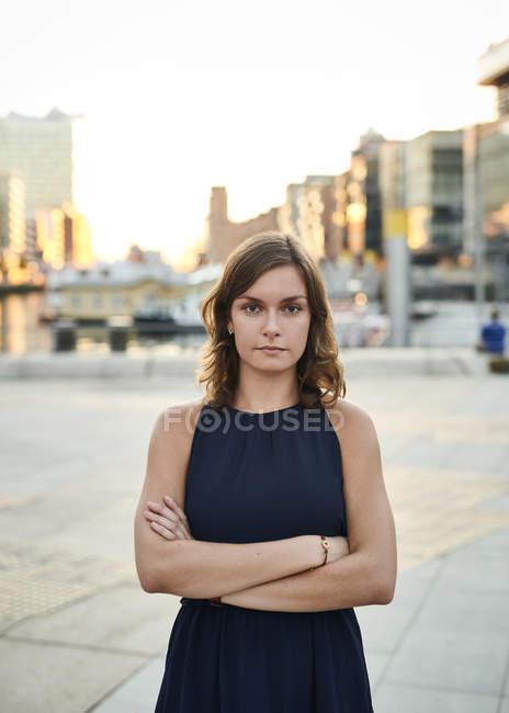 Німеччина, Гамбург, портрет молодої жінки з обіймами перетнула — стокове фото