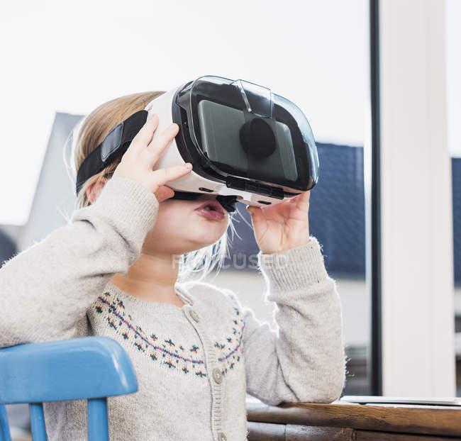 Закри дівчинка, використовуються Vr окуляри — стокове фото