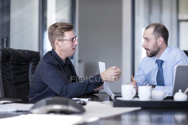 Hommes d'affaires ayant une réunion dans le bureau — Photo de stock