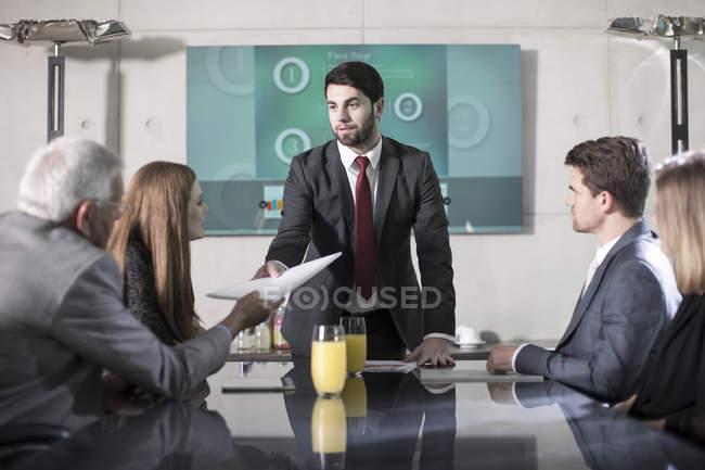 Gente di affari nella riunione dell'ufficio moderno — Foto stock