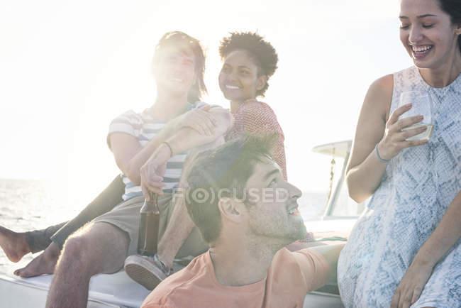 Glückliche Freunde auf eine Bootsfahrt mit Getränke — Stockfoto