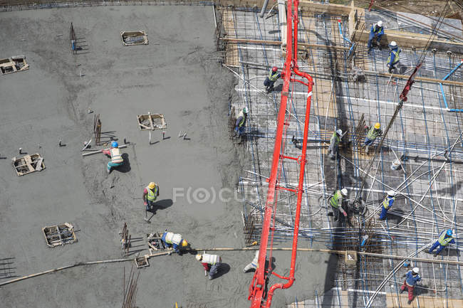 Lavoratori edili in cantiere — Foto stock
