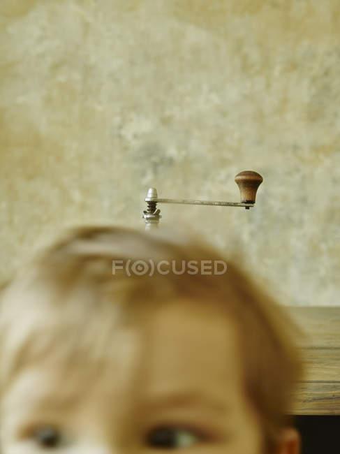 Macinapaffè dietro il bambino, primo piano — Foto stock