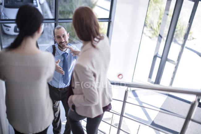 Uomini d'affari che si incontrano sulle scale in ufficio — Foto stock