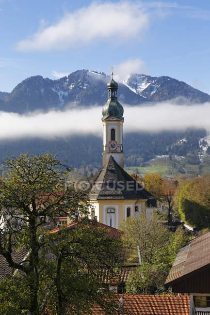 Германия, Isarwinkel, Ленггрис, вид в приходской церкви Санкт-Якоб перед Brauneck — стоковое фото