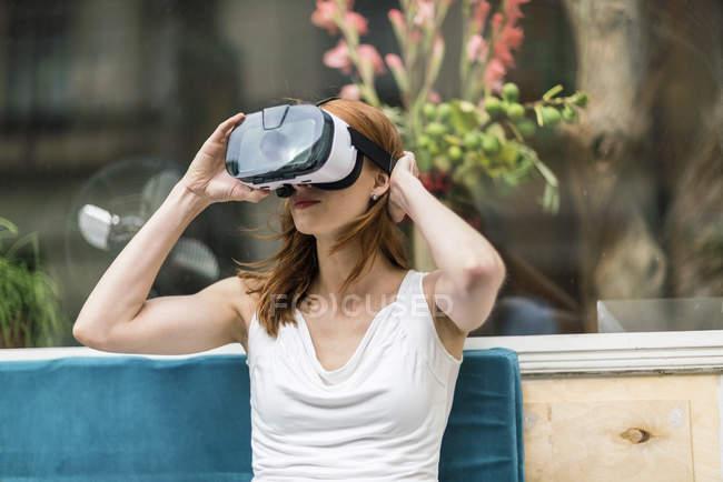 Mujer pelirroja con gafas de realidad virtual - foto de stock