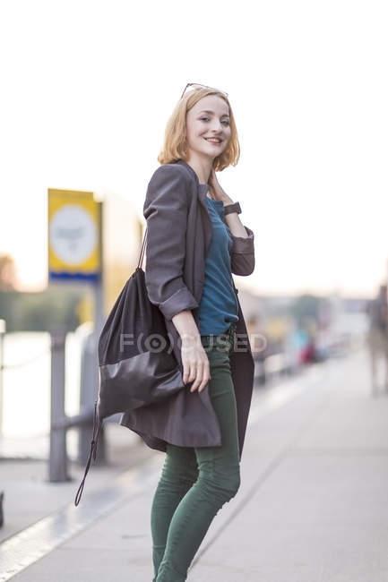 Joven atractiva rubia posando en la calle urbana - foto de stock