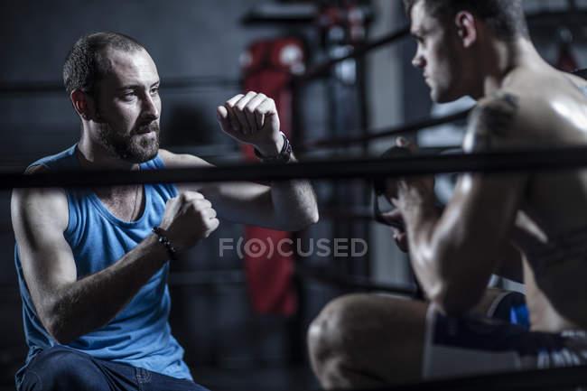 Trainer mit jungen Boxer im Boxring — Stockfoto