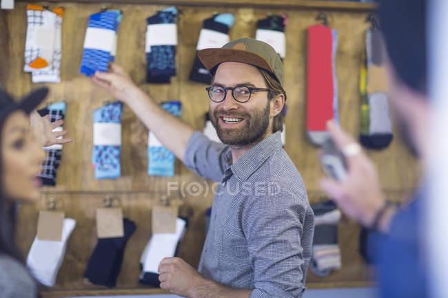 Heureux amis en magasin shopping pour les vêtements — Photo de stock