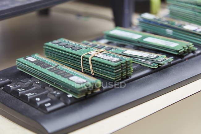 Alte Computerkomponenten in Recyclinganlage, ram — Stockfoto