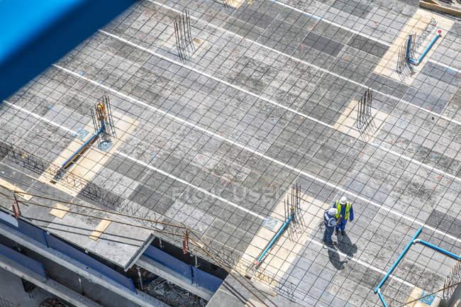 Lavoratori edili in piedi su fondazione e parlando — Foto stock