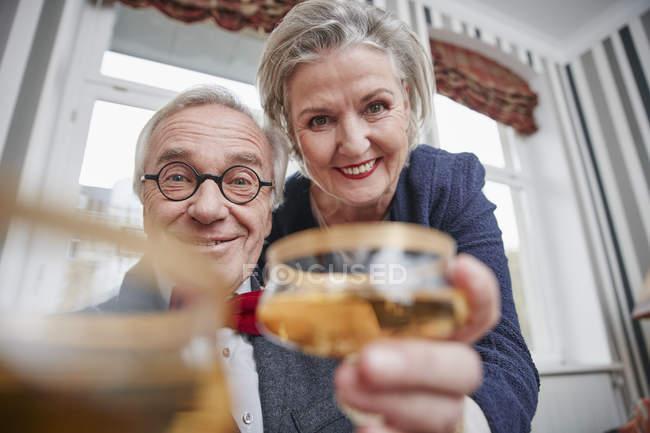 Ritratto di coppia anziana felice che tiene bicchieri di champagne — Foto stock