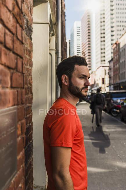 USA, New York, uomo sul marciapiede di Manhattan che si guarda intorno — Foto stock