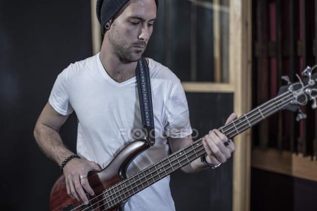 Ritratto di bassista in studio di registrazione — Foto stock
