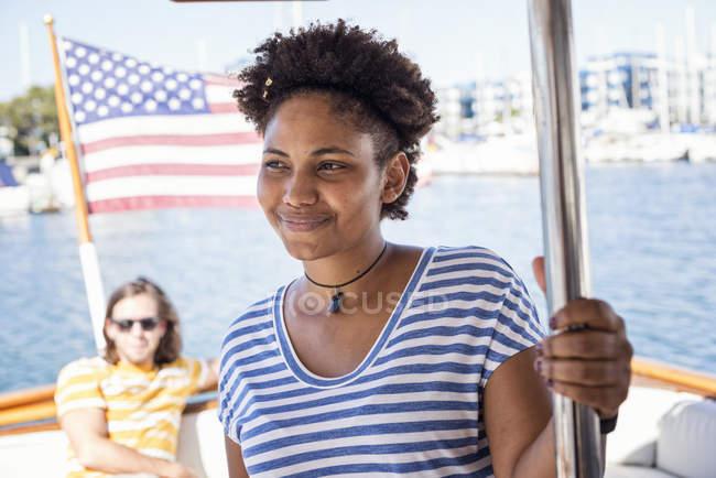 Jovem sorridente em uma viagem de barco — Fotografia de Stock