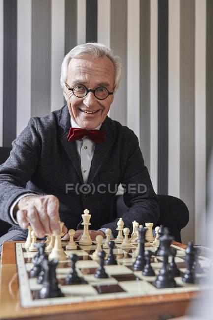 Портрет старшого людина гри в шахи — стокове фото