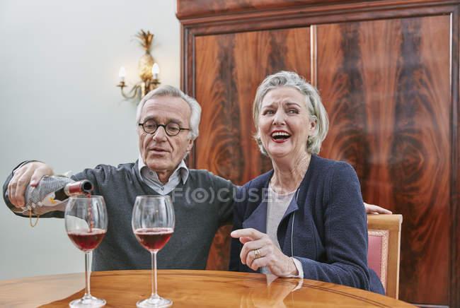 Щаслива пара старший, пити червоне вино — стокове фото