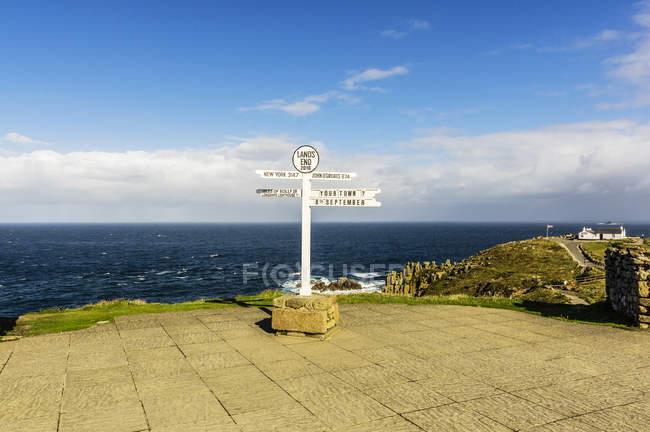 Великобританія, Корнуолл, знак пост в кінці землі — стокове фото