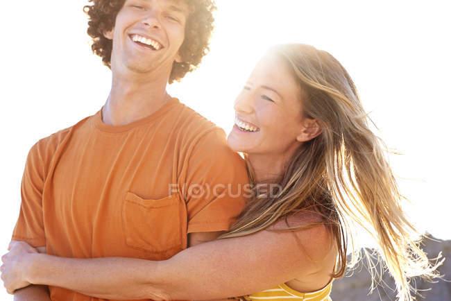 Щаслива пара обнімається на вулиці влітку. — стокове фото