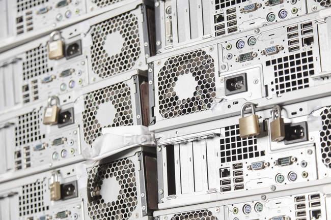 Anciens boîtiers d'ordinateur dans une usine de recyclage — Photo de stock