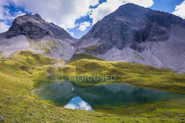 Alemanha, Bavaria, Allgaeu, Allgaeu Alpes, Lago Rappensee, Hochgundspitze e Rappenseekopf — Fotografia de Stock