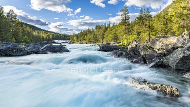 Noruega, Oppland, Framruste, cascada de Pollfoss durante el día - foto de stock
