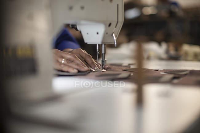 Швачки, робота з швейні машини, крупним планом — стокове фото