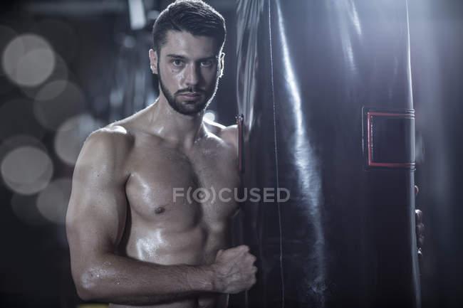 Porträt des jungen Boxer am Boxsack — Stockfoto