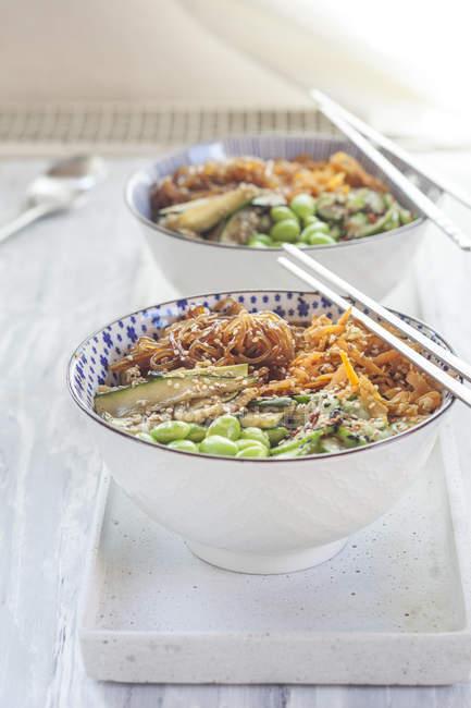 Будда миску Edamame, огірок, моркву, кабачки, Сіратакі локшиною і кунжутом — стокове фото